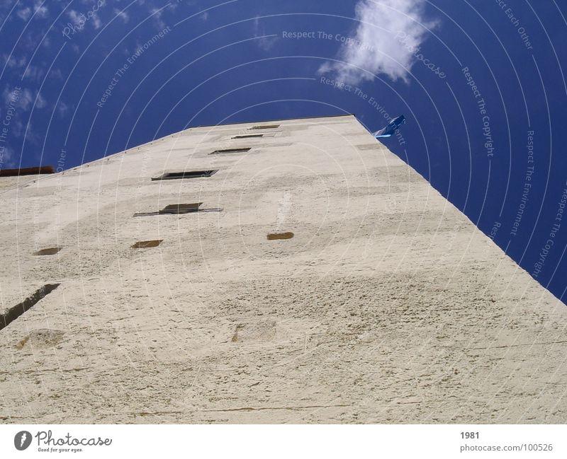 Ausblick gefällig? Himmel blau Wolken oben Fahne Aussicht Turm Klarheit historisch