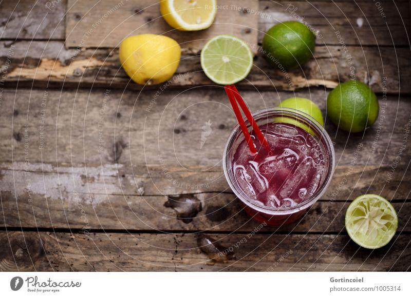 Partydrink Lebensmittel Getränk Erfrischungsgetränk Limonade Saft Longdrink Cocktail Glas lecker braun gelb grün Zitrone Limone Eiswürfel Zitrusfrüchte Farbfoto