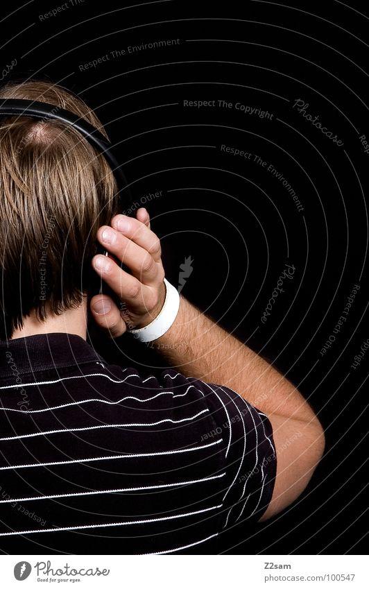 Beschallung_hinterrücks IV Musik hören laut Kopfhörer Selbstportrait schwarz T-Shirt lässig Jugendkultur Stil Denken Erholung blond Haarsträhne Muster grün weiß
