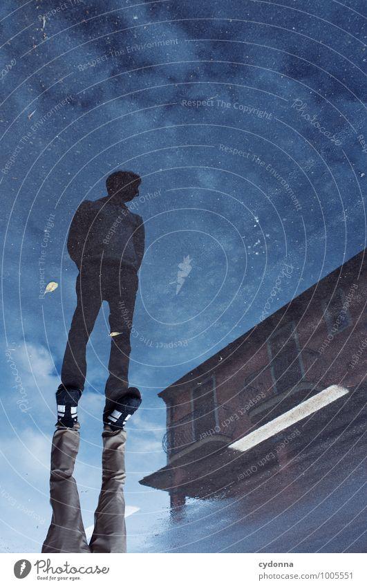 Mit Tiefgang Mensch Junger Mann Jugendliche Leben 18-30 Jahre Erwachsene nur Himmel Haus Straße Wege & Pfade Beratung Einsamkeit entdecken Gefühle geheimnisvoll