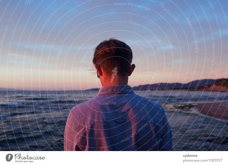 Letzte Sonnenstrahlen Mensch Natur Ferien & Urlaub & Reisen Jugendliche Erholung Meer Einsamkeit Landschaft Junger Mann ruhig Ferne 18-30 Jahre Strand