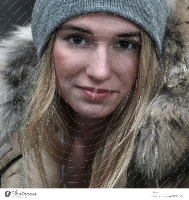 . feminin Junge Frau Jugendliche 1 Mensch Mantel Mütze blond langhaarig beobachten Lächeln Blick warten schön Zufriedenheit Coolness Willensstärke Mut Tatkraft