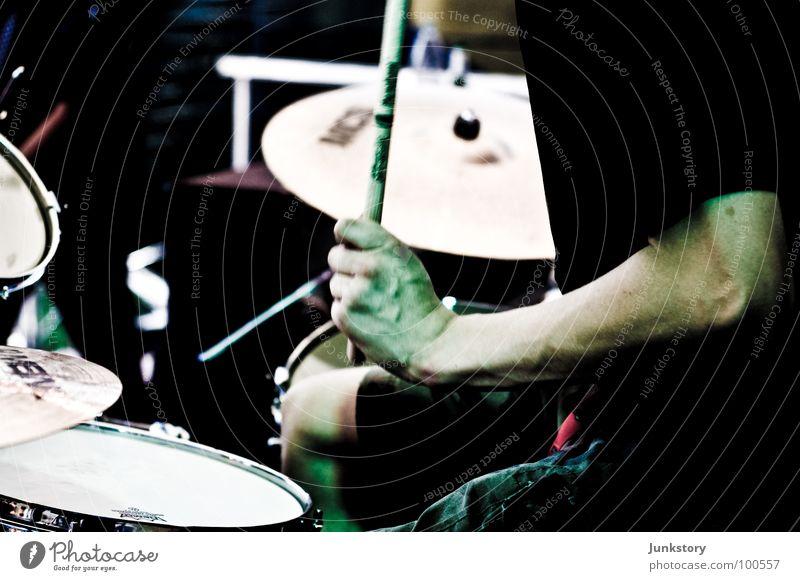 A Night Out With Jakob Hand grün rot schwarz Musik Arme Haut T-Shirt Konzert Hose Musiker Bühne Muskulatur Schlagzeug Trommel Bronze