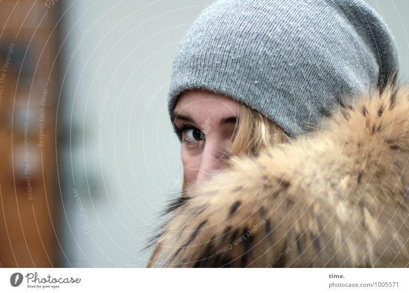 . Werkstatt feminin Junge Frau Jugendliche 1 Mensch Mauer Wand Fell Mütze blond beobachten Blick warten Wachsamkeit Traurigkeit Müdigkeit Enttäuschung Scham