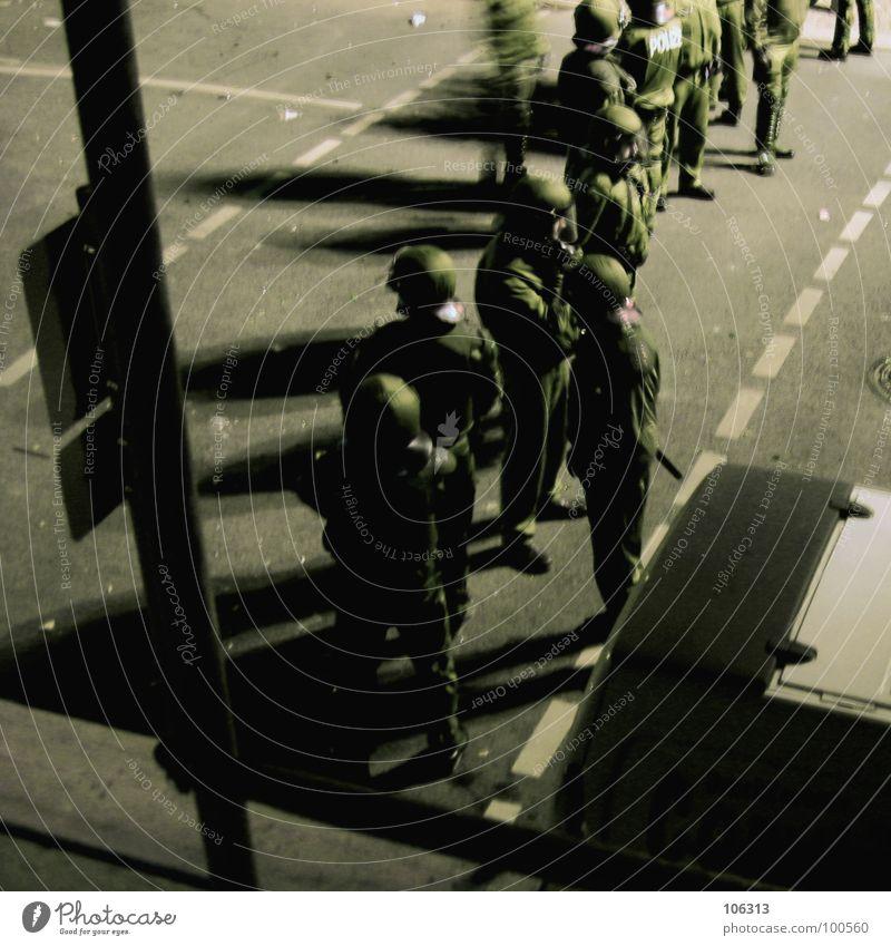 WARTEN AUF GODOT [FIN] ruhig Straße Menschengruppe warten Sicherheit Reihe Gewalt Kontrolle Konflikt & Streit Polizist Mensch Helm Polizei Demonstration Versammlung Aktion