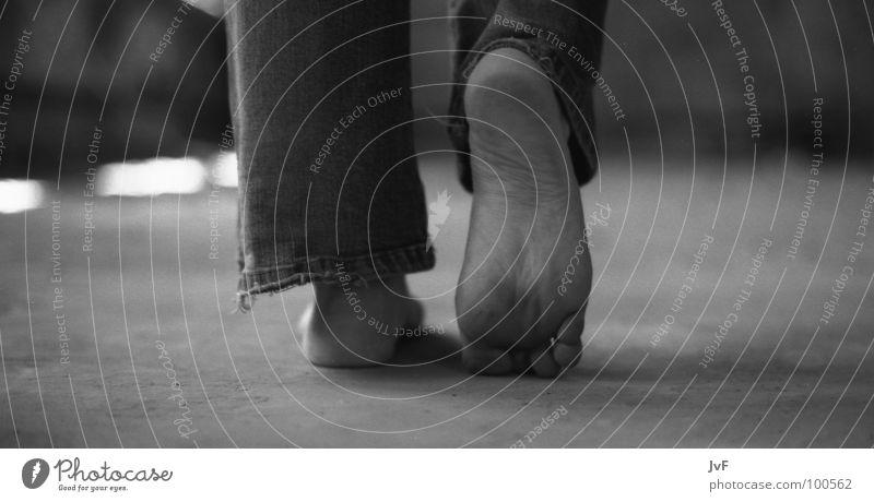 walk the line gehen Fußsohle dreckig Barfuß Frauenfuß Staub Trauer Sehnsucht Zehen klein Verzweiflung Schwarzweißfoto verfallen laufen Jeanshose