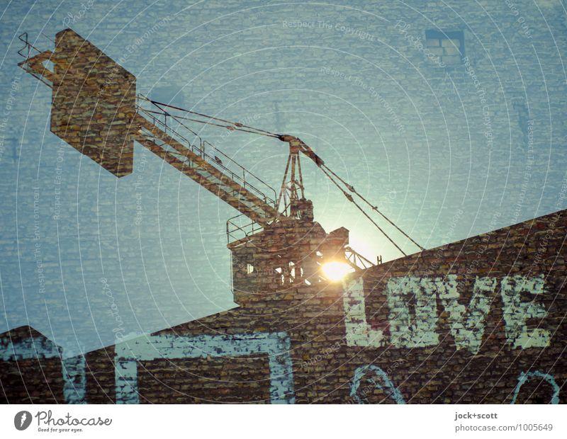 Brennpunkt Liebe Glück Baustelle Baukran Subkultur Straßenkunst Sonne Brandmauer Backstein Wort diagonal bauen träumen außergewöhnlich fantastisch blau