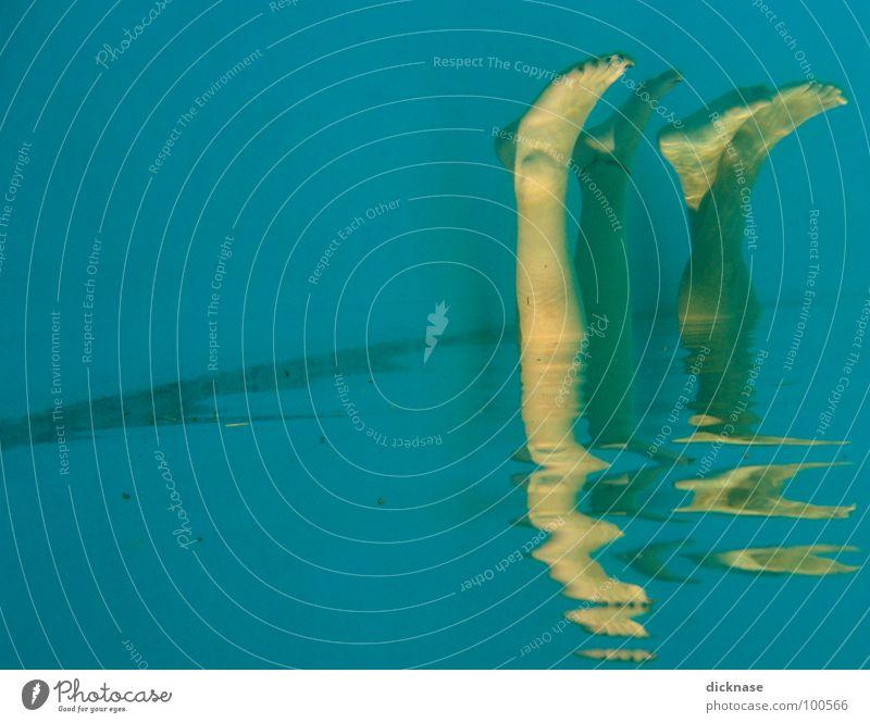 upsidedown Schwimmbad seltsam Schwimmen & Baden Badesaison lustig Beine Mensch Fuß Wasser Synchronschwimmen Fußbad