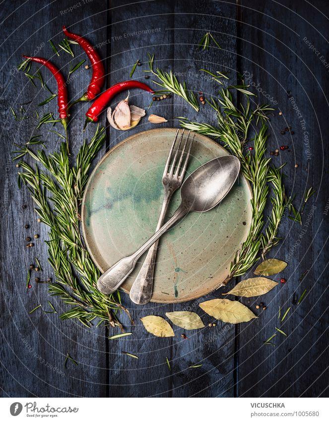 Löffel und Gabel auf dem Teller mit Gewürzen umrahmt Lebensmittel Kräuter & Gewürze Ernährung Festessen Besteck Messer Stil Design Gesunde Ernährung Fitness