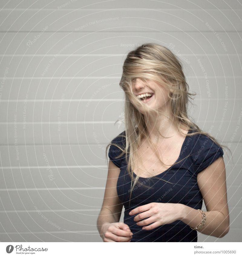 . Rolltor Werkstatt feminin Junge Frau Jugendliche 1 Mensch T-Shirt Schmuck blond langhaarig lachen stehen schön rebellisch sportlich Wärme wild Stimmung Freude