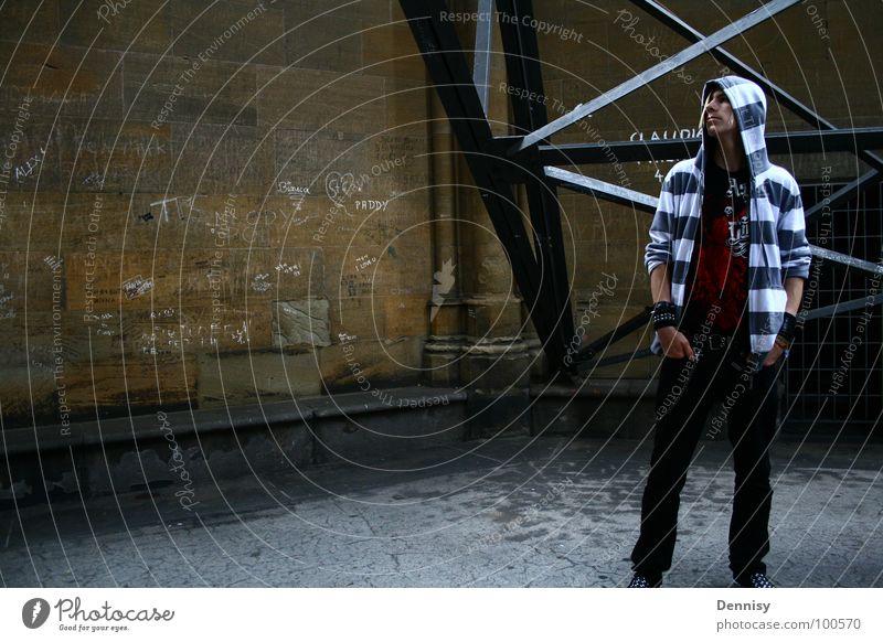der blick...irgendwohin II Jugendliche dunkel Haare & Frisuren Beine Fuß Schuhe Arme Bild Brust Bauch Kette Pullover Konstruktion Kapuze Lichteinfall