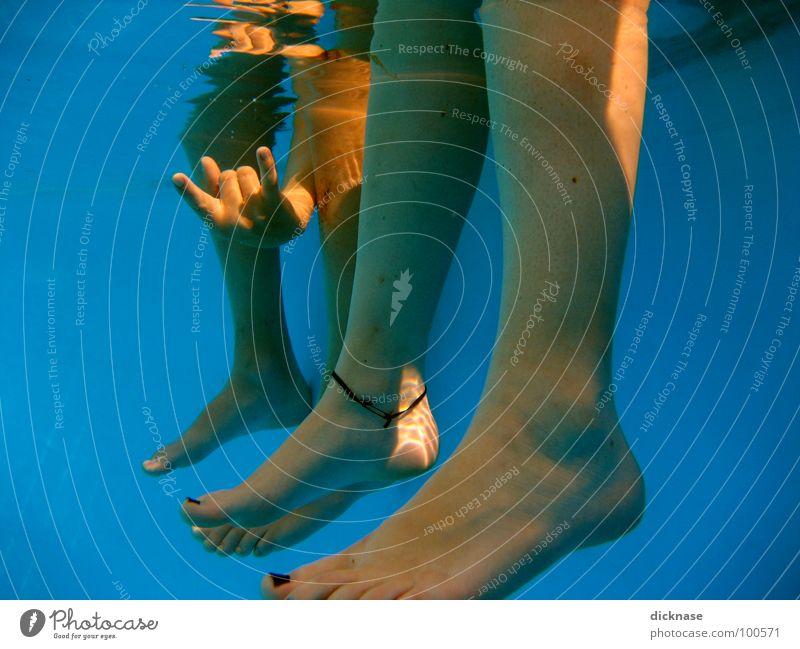 Hang Loose Dude! Schwimmbad Fußkette Hand Erholung tauchen Sommer Physik heiß gestikulieren Beine Wasser Badesaison chillax girl & boy siegfried & roy