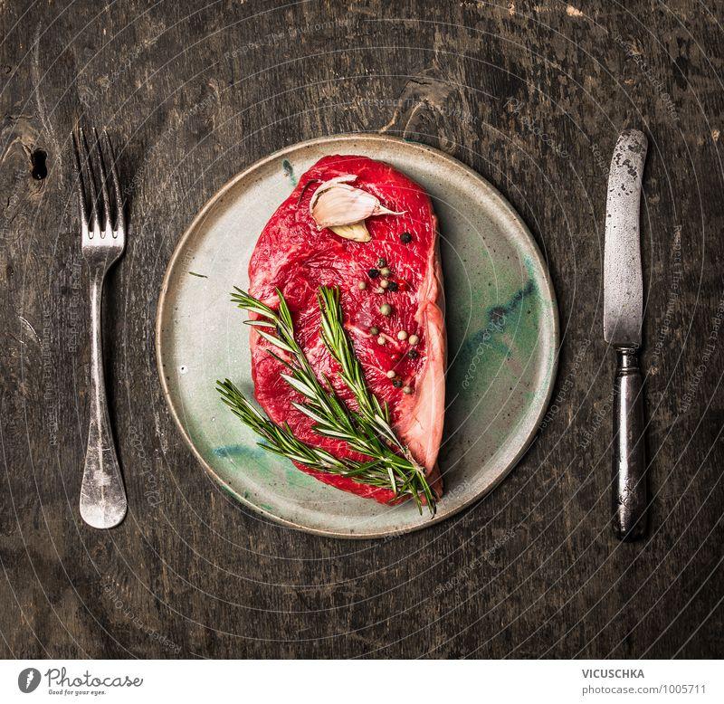 Roastbeef Steak roh auf dem Teller mit Besteck Lebensmittel Fleisch Kräuter & Gewürze Ernährung Mittagessen Abendessen Festessen Bioprodukte Diät Geschirr