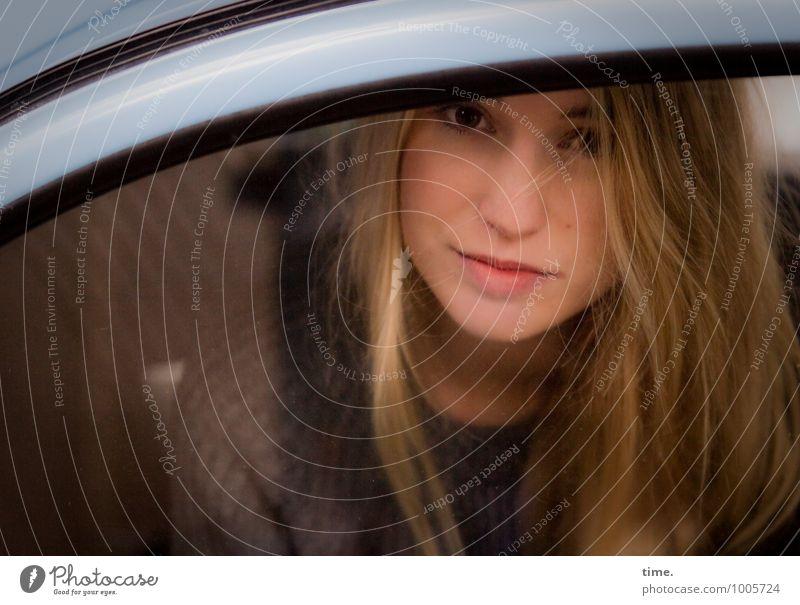 . feminin Junge Frau Jugendliche 1 Mensch PKW Pullover blond langhaarig beobachten Blick sitzen warten schön Zufriedenheit selbstbewußt Vertrauen Wachsamkeit