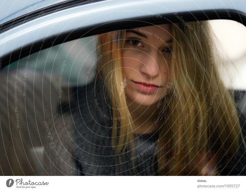 . maskulin Junge Frau Jugendliche 1 Mensch PKW Pullover blond langhaarig beobachten Blick sitzen warten schön feminin Zufriedenheit selbstbewußt Vertrauen