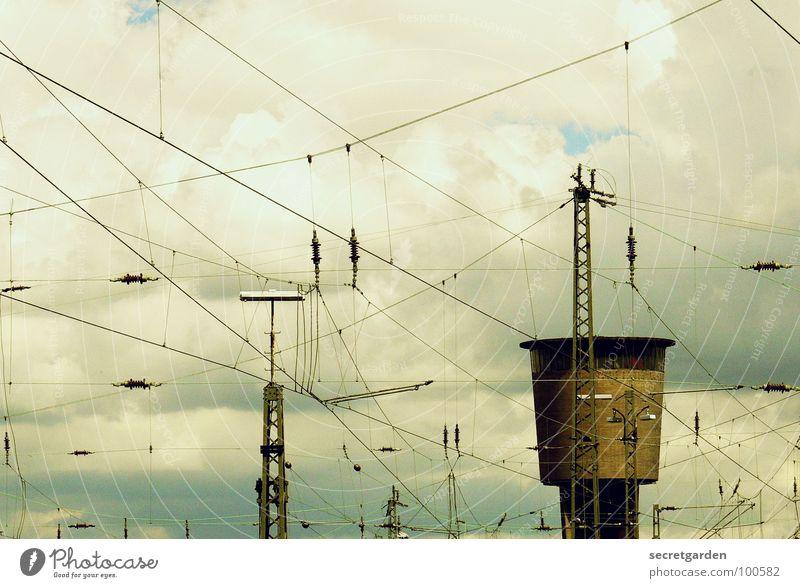 spinnennetz Wolken Elektrisches Gerät Elektrizität Überwachung verfallen Lampe Flutlicht chaotisch dunkel Regen schlechtes Wetter Kabel grau Spinnennetz trist