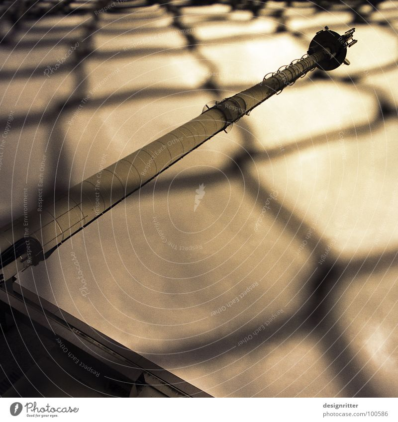 Handynetz (100) Funkturm Telekommunikation Mobilfunk Schlaufe Maschendraht Maschendrahtzaun Zaun Grenze Zutritt verboten Verbote Wellen Strahlung Mobilfunkturm