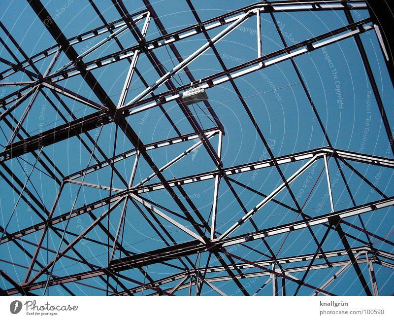 Überall Metall Konstruktion Elektrizität Verstrebung streben grau Verbundenheit Industrie blau silber Technik & Technologie Himmel Fortschritt Schatten