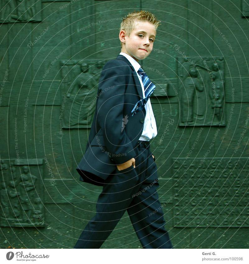 großer kleiner Mann aufreizend frech schick Anzug Kostüm Textilien grün wuchtig protzig Glaube Kommunion Kind Junge Krawatte Geschäftsleute Wind Verschmitzt