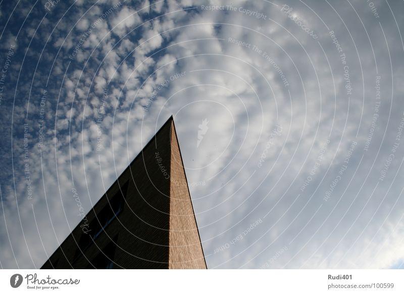 Babel Himmel blau Haus Wolken Berlin Kraft Perspektive Ecke Spitze Verlauf Dreieck