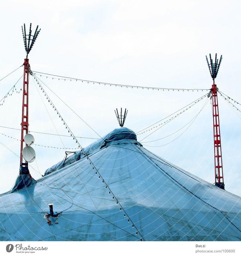 Chapiteau Freude Entertainment Zirkus Veranstaltung Show Dach Satellitenantenne Spitze blau rot Symmetrie Zirkuszelt Zeltplane azurblau Naht Fernsehempfang