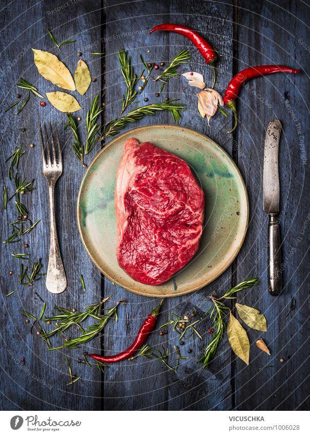 Roastbeef Steak auf dem Teller mit Messer, Gabel und Gewürzen Gesunde Ernährung Leben Stil Lebensmittel Design Kräuter & Gewürze Bioprodukte Geschirr Fleisch