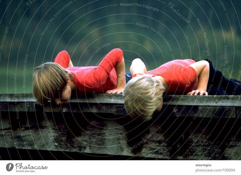 Jugend forscht Bach Kind Suche Holz Neugier 2 rot Sportveranstaltung Konkurrenz Fluss Wasser Brücke beobachten Natur Jugendliche forschen liegen Außenaufnahme