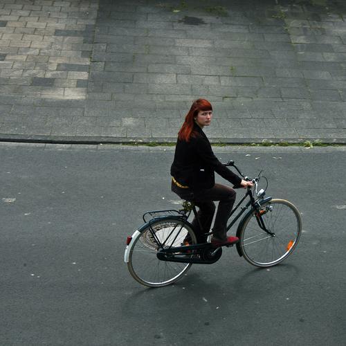 ich fahr' mal eben Zigaretten holen Frau Junge Frau langhaarig rothaarig schön Freundlichkeit gelb Fahrrad bequem Asphalt wegfahren Bürgersteig langsam