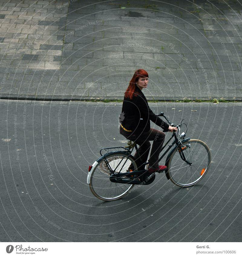 ich fahr' mal eben Zigaretten holen Frau schön gelb Straße dunkel grau Traurigkeit Wege & Pfade Fahrrad gehen Trauer fahren Freizeit & Hobby Asphalt