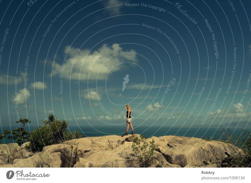 marcher sur l'horizon feminin Junge Frau Jugendliche Erwachsene 1 Mensch 13-18 Jahre Kind 18-30 Jahre Himmel Hügel Felsen Gipfel Küste Meer Pazifik entdecken