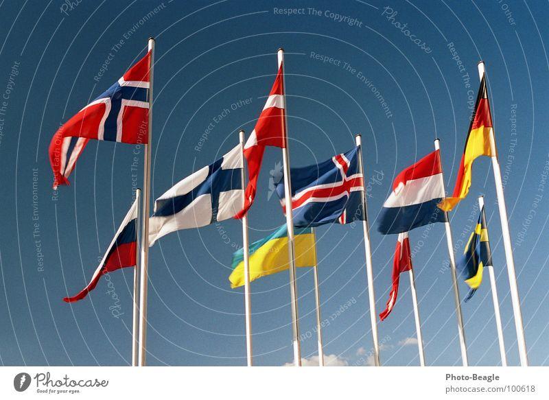 Fähnchen im Wind II Fahne Fahnenmast Skandinavien Nordeuropa Osteuropa Norwegen Finnland Ukraine Schönes Wetter Dänemark Himmel Kongresszentrum Verwaltung Dinge