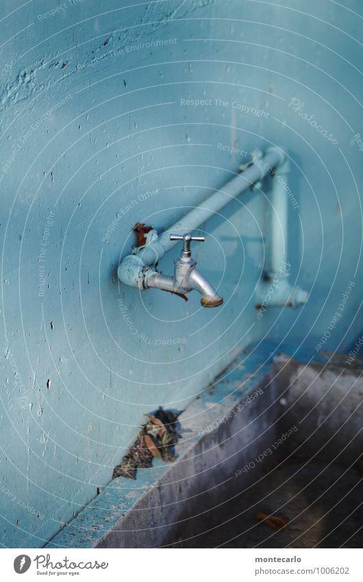 selbstgemacht | ein foto Wasserhahn Rohrleitung Becken Beton Metall alt dünn authentisch einfach kalt lang nah nass Originalität rund trist trocken blau grau