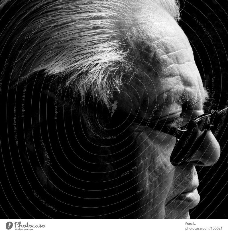 Vater Mann Senior Weisheit skeptisch Konzentration Porträt Silhouette Kraft Großvater alt ärgerlich maskulin Brille Physik beobachten weißes Haar hören