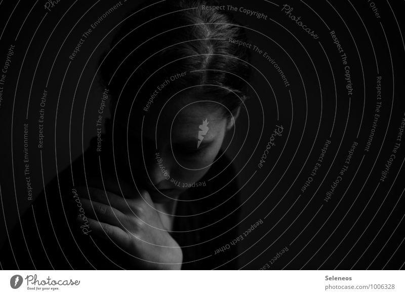 devastated Mensch feminin Frau Erwachsene 1 Traurigkeit Sorge Trauer Schmerz Enttäuschung Einsamkeit Erschöpfung Scham Angst Nervosität verstört Schüchternheit