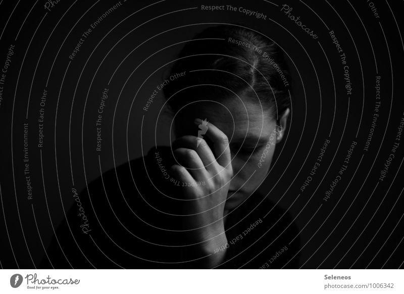 .. Mensch feminin Frau Erwachsene Gesicht Arme Hand Finger 1 Traurigkeit dunkel Sorge Trauer Müdigkeit Schmerz Enttäuschung Einsamkeit Erschöpfung Scham Gefühle