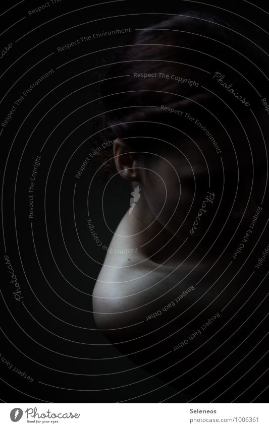 low Mensch feminin Frau Erwachsene Körper Haut Kopf Haare & Frisuren Ohr Schulter 1 18-30 Jahre Jugendliche dunkel nackt Gefühle Traurigkeit Sorge Trauer