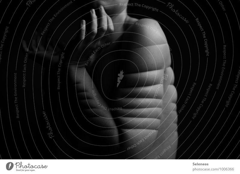 Korsett Körper Haut Mensch feminin Arme Hand Finger 1 Linie Streifen nackt Schmerz eingeengt Verzweiflung Gewalt Schwarzweißfoto Innenaufnahme Licht Schatten