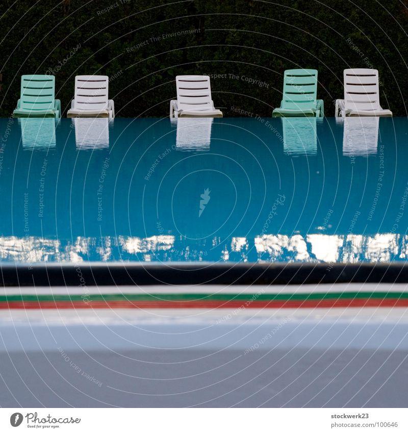 Sitzbad Wasser Sommer Spielen leer Streifen Stuhl Schwimmbad Feierabend