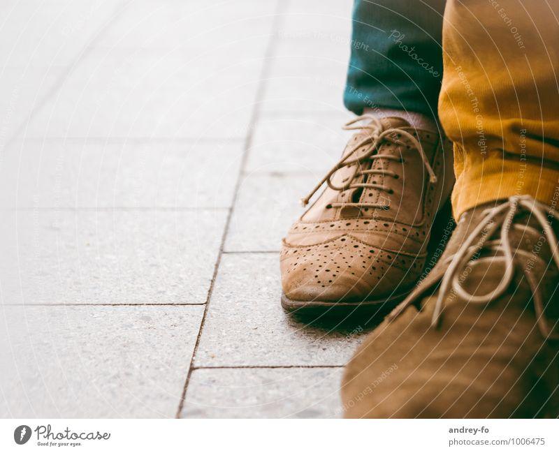 Schuhe Mode Leder stehen einzigartig paarweise Boden retro Wildleder verziert Schuhbänder Herrenschuhe Frauenschuh nah elegant braun Schuhmode Farbfoto