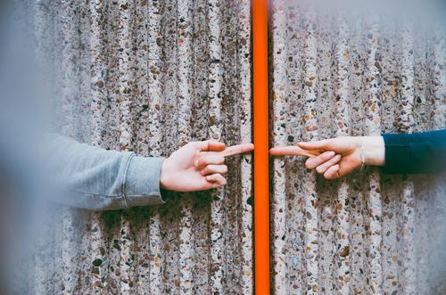 Kontakt Mensch Hand rot Gefühle Liebe Linie Freundschaft Zusammensein Idylle Arme Kommunizieren Finger berühren Team Zusammenhalt