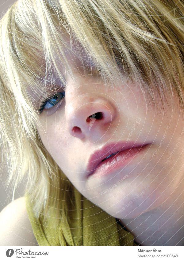 Sie. Frau schön Freude Gesicht Haare & Frisuren blond Nase Lippen Konzentration Tuch