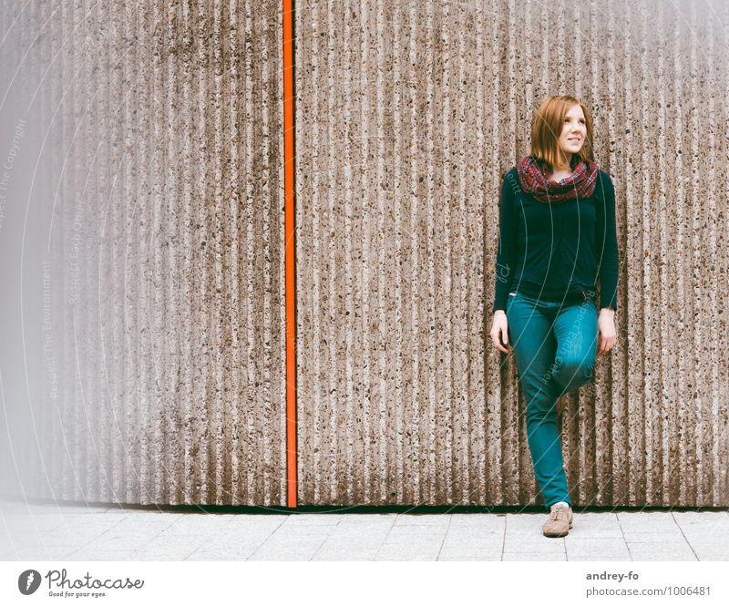 Junges Mädchen Mensch Frau Kind Jugendliche schön Junge Frau rot Mädchen 18-30 Jahre Erwachsene Wand feminin Mauer Glück Denken Linie