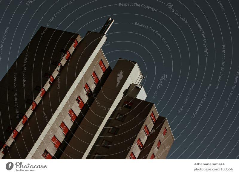 In der City stehn Betonblocks Himmel Stadt Haus Fenster Kraft Wohnung Hochhaus Aussicht Häusliches Leben Balkon Geometrie Sitzgelegenheit Abenddämmerung Block