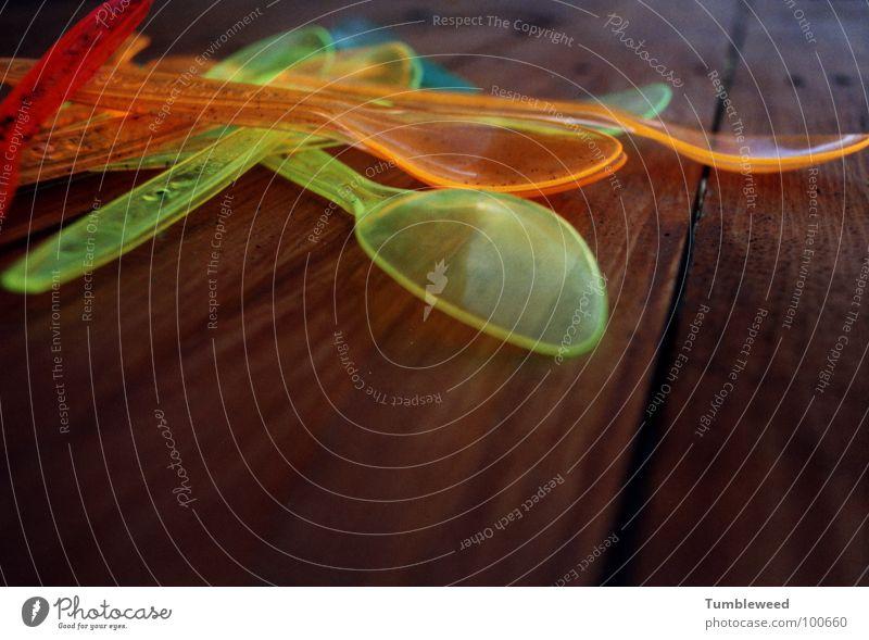 Magic Löffel`s too . . . . Neonlicht Holz Tisch braun Besteck Makroaufnahme Nahaufnahme Kunststoff Statue magic löffels Farbe neonfarben Lampe Ernährung