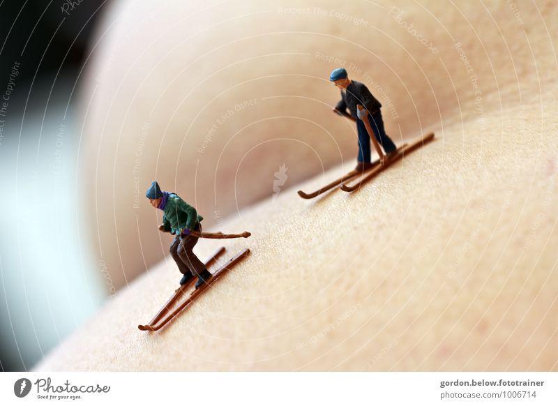 die letzte Abfahrt Mensch nackt Winter gelb Bewegung Schnee feminin Sport maskulin Tourismus gold Gesäß Skifahren Miniatur Abfahrtsrennen