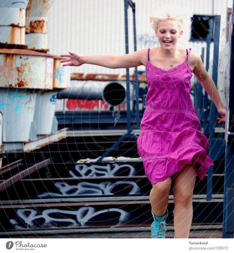 I get up... springen Stahl Stahlträger Zeitlupe Momentaufnahme Kleid rosa Chucks türkis Hand Schwerelosigkeit Oberkörper Hannover Dach Haus Ferne Verbote