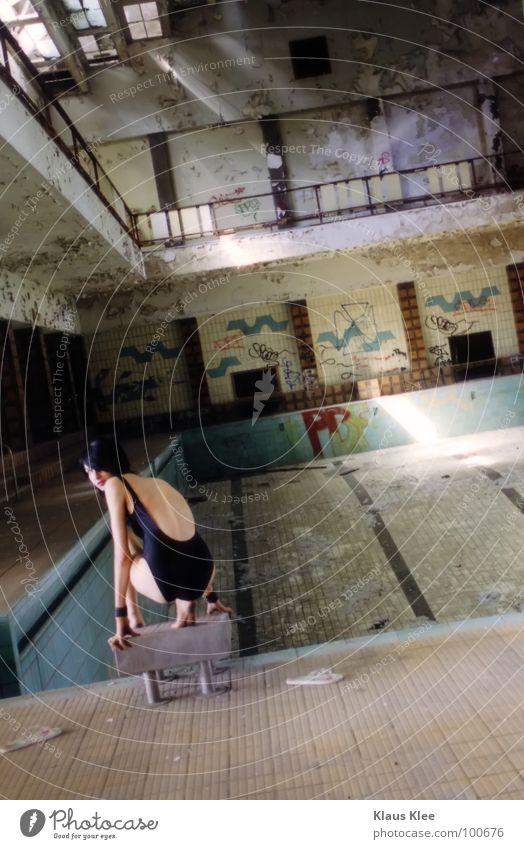 TO TAKE A BATH ::: Frau alt schön grün Wasser Einsamkeit rot Hand Freude Ferne dunkel Auge Graffiti Tod Feste & Feiern Zeit