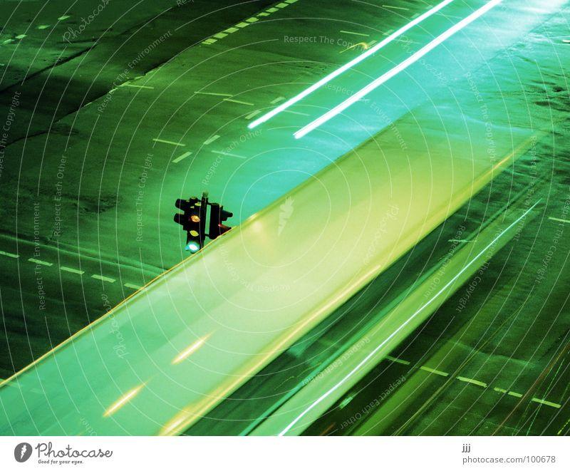 öpnv-koloss rollt an grün Straße Nacht Zeit groß Verkehr Streifen fahren Bus Ampel Teer Mischung laut Koloss Verkehrszeichen Licht