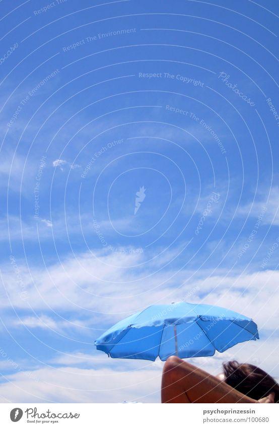 into the blue III Sommer Meer Strand Wolken Knie Blick Sonnenbad Ferien & Urlaub & Reisen ruhig Erholung blau liegen Regenschirm Schatten Himmel Beine Arme