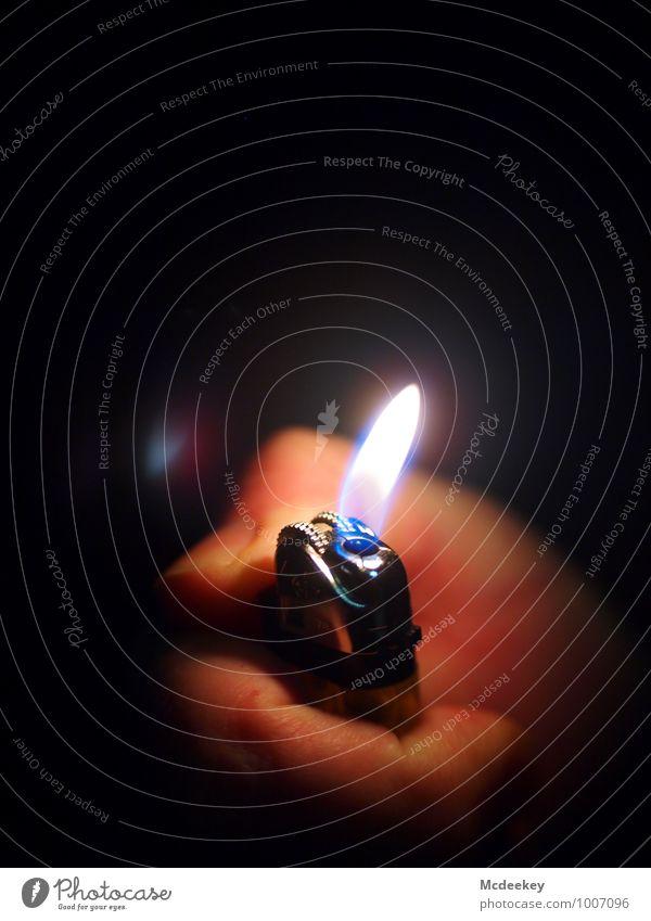 Ein letztes Licht Mensch maskulin Hand Finger Fingernagel 1 18-30 Jahre Jugendliche Erwachsene Feuerzeug Flamme Brand Metallwaren leuchten authentisch